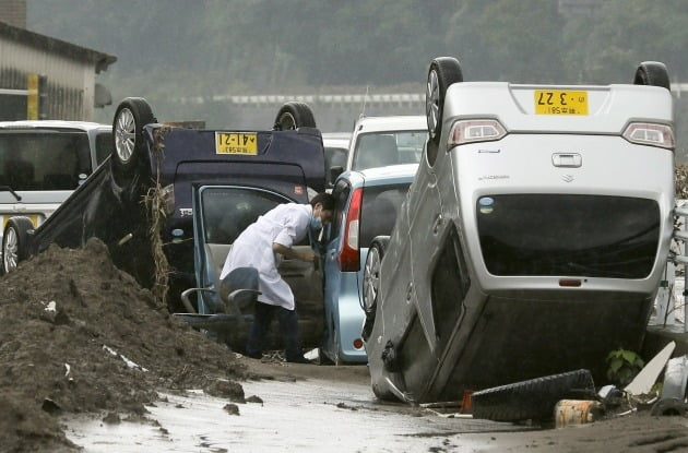 일본 규슈 지역에 내련 홍수로 차가 뒤집힌 모습 [사진=EPA 연합뉴스]