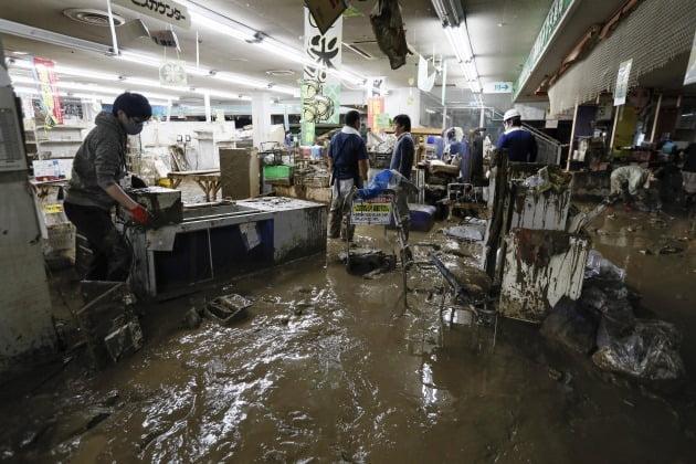 빗물이 건물 내부까지 침투했다. [사진=EPA 연합뉴스]