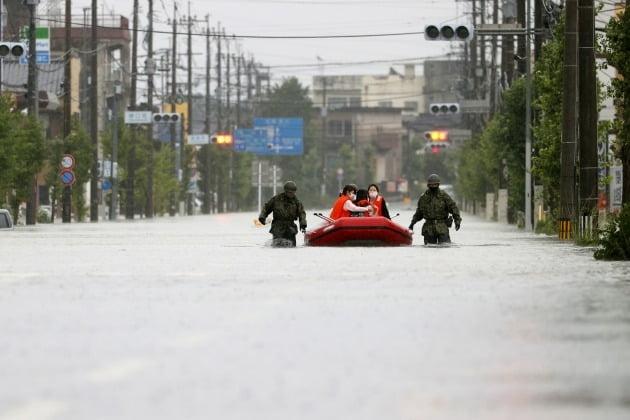 일본 자위대가 이재민들을 보트로 구조하고 있다. [사진=로이터 연합뉴스]