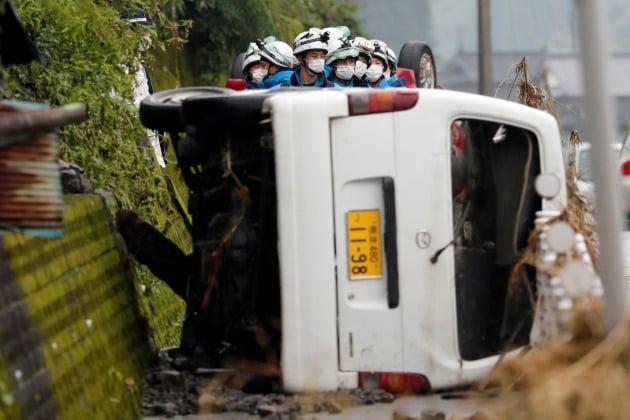 홍수로 자동차가 쓰러진 모습 [사진=로이터 연합뉴스]