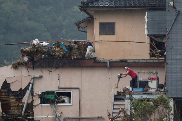 홍수로 집 벽면이 완전히 파손됐다. [사진=로이터 연합뉴스]