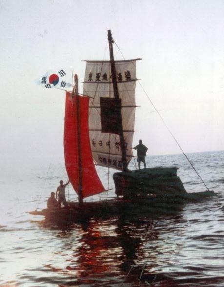 한중간의 고대항로를 추적한 뗏목 동아지중해호. 사진=윤명철 동국대 명예교수·우즈베키스탄 국립 사마르칸트대 교수