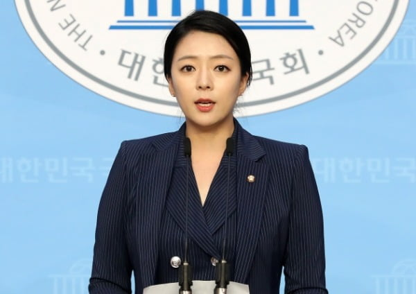 배현진 미래통합당 의원이 지난달 19일 서울 여의도 국회 소통관에서 6.17부동산 대책 관련 입장을 발표하는 기자회견을 하고 있다. /사진=뉴스1