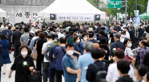 12일 서울 광화문 광장에 마련된 故 백선엽 장군 시민분향소에서 추모객들이 줄지어 조문을 기다리고 있다. 허문찬기자  sweat@hankyung.com