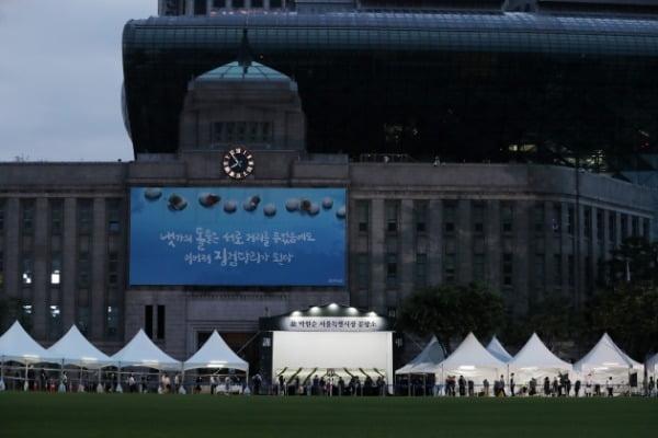 12일 오후 서울 중구 서울시청 앞에 마련된 고(故) 박원순 서울특별시장 분향소를 찾은 시민들이 조문하고 있다. /사진=뉴스1