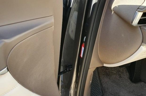 제네시스 GV80을 구매한 소비자가 검수 단계에서 도장 불량 판정을 받고 출고된 차량이라고 주장하며 사진을 공개했다. 사진=보배드림 캡쳐