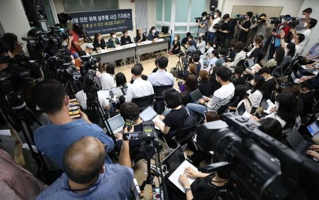 김재련 법무법인 온·세상 대표 변호사(오른쪽 두 번째)가 13일 오후 서울 은평구 한국여성의전화에서 열린 서울시장에 의한 위력 성추행 사건 기자회견에서 경과보고를 하고 있다. 2020.7.13 [사진=연합뉴스]