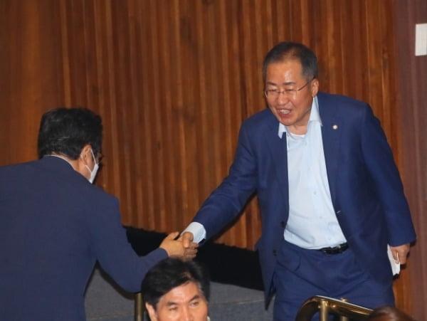 홍준표 무소속 의원이 지난 6월8일 국회 본회의에서 의원들과 인사하고 있다. /사진=연합뉴스