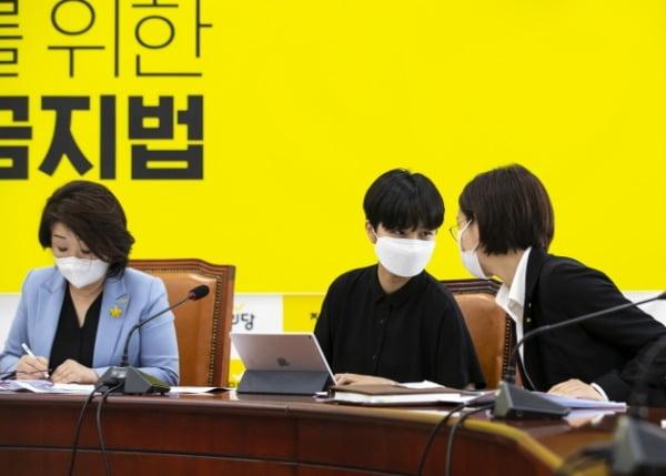 류호정(가운데), 장혜영 정의당 의원이 지난 14일 국회에서 열린 의원총회 시작 전 대화하고 있다. 왼쪽은 심상정 대표. /사진=연합뉴스