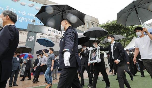 시청 분향소 지나가는 고 박원순 시장 영정 [사진=연합뉴스]