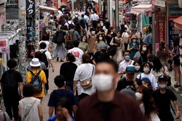 일본 도쿄 주민들이 마스크를 끼고 거리를 걷고 있다./사진=AP