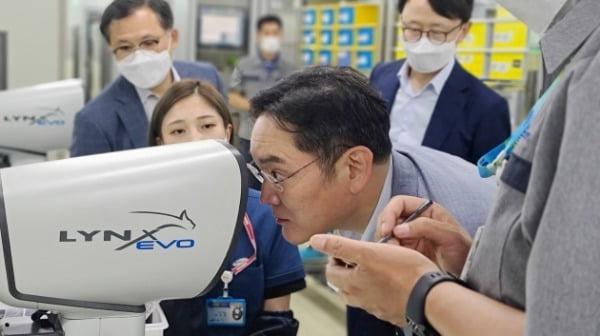 이재용 삼성전자 부회장이 지난 16일 삼성전기 부산사업장에 위치한 전장용 MLCC 생산 공장을 찾아 MLCC 제품을 살펴보고 있다/사진제공=삼성전자