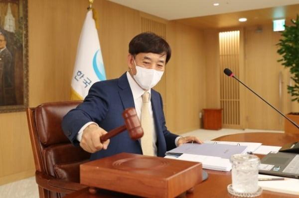 한국은행은 16일 연 0.5%인 기준금리를 동결하기로 결정했다. 이주열 한은 총재가 이날 금융통화위원회 회의에서 의사봉을 두드리고 있다. 한은 제공