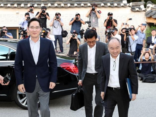 2019년 7월 방한한 손정의 소프트뱅크 회장(오른쪽)과 만난 이재용 삼성전자 부회장(왼쪽). 한경DB
