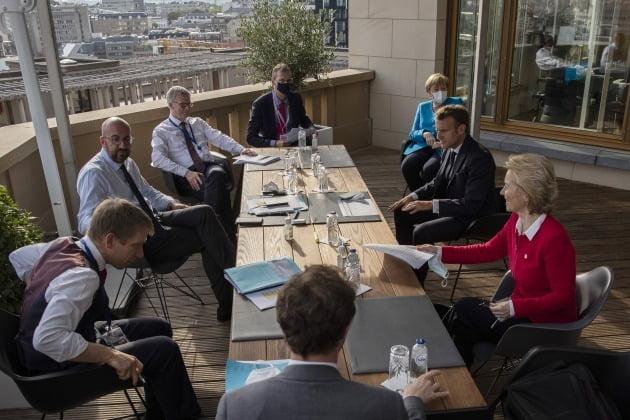 지난 17일 유럽연합 회원국 정상들이 코로나19 경기회복지원금 등을 논의하고 있다 AP연합뉴스