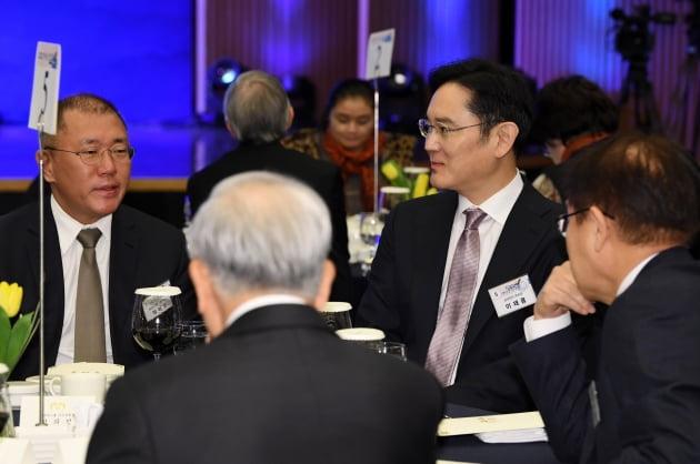 지난 1월 2일 서울 대한상공회의소 국제회의장에서 열린 신년인사회에서 이재용 삼성전자 부회장과 정의선 현대자동차 수석부회장이 대화를 나누고 있다. 한경DB