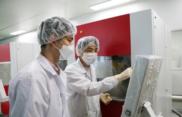 삼성디스플레이 직원(왼쪽)과 협력 기업인 그린광학 직원(오른쪽)이 실시간 모니터링 시스템을 점검하고 있다. 삼성디스플레이 제공