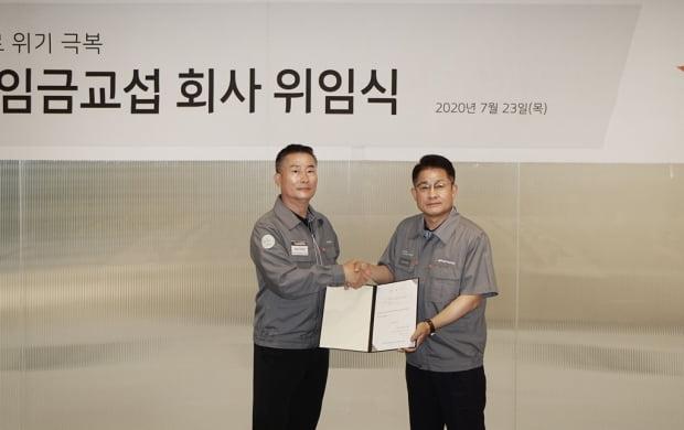 이수일 한국타이어앤테크놀로지 사장(오른쪽)과 박병국 한국타이어노동조합 위원장이 기념촬영을 하고 있다. 사진=한국타이어앤테크놀로지