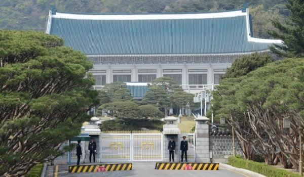 제21대 총선 투표일인 지난 4월15일 청와대 앞에서 근무자들이  출입문을 지키고 있다. /사진=청와대 사진기자단
