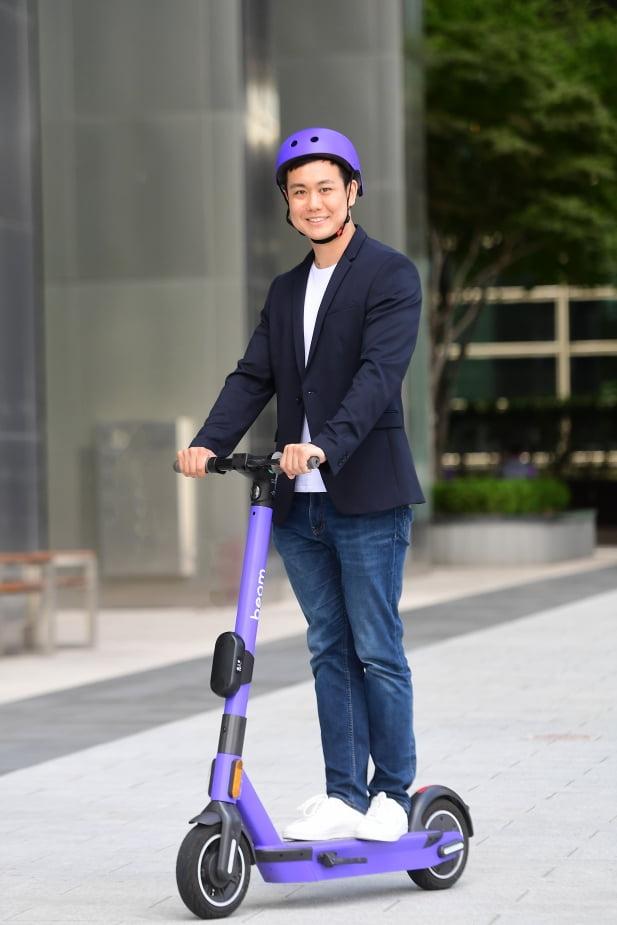 알렌 지앙 빔모빌리티 CEO가 자사의 전동킥보드 모델 '빔새턴'을 타고 있다. [사진=최혁 한경닷컴 기자]