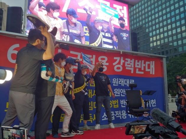 집회 참가자들이 문재인 대통령 이름이 적힌 의자에 신발을 던지는 퍼포먼스를 하고 있다. /사진=서민준 기자 marandol@hankyung.com