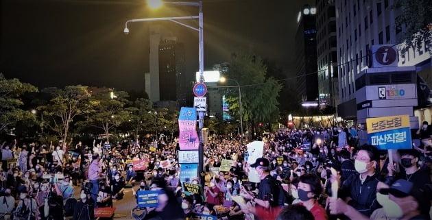 정부의 부동산 규제와 세금인상 등에 발반한 시민들이 25일 저녁 서울 중구 을지로 예금보험공사 앞에서 촛불집회를 열었다.  / 사진=서민준 기자