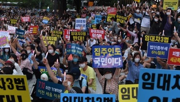 정부의 부동산 규제와 세금인상 등에 발반한 시민들이 25일 저녁 서울 중구 을지로 예금보험공사 앞에서 촛불집회를 열었다. 경찰추산으로 1500여명이 참석했다.  / 사진=서민준 기자
