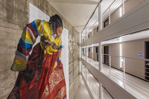 부산 해운대 영무파라드호텔 12~15층 벽에 그린 그라피티 작가 로얄독의 'Walk in your shoe'. 영무파라드호텔 제공