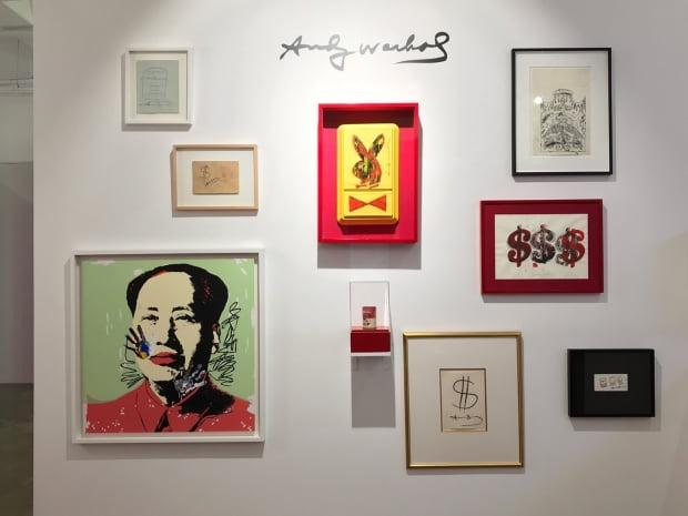 부산 해운대 영무파라드호텔 지하 2층 '깔롱 드 팝아트'전에 전시된 앤디 워홀의 작품들.