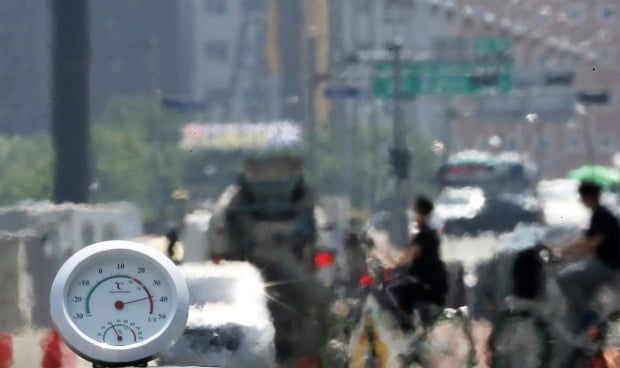 전국적으로 폭염주의보가 내려진 지난달 9일 오후 서울 여의대로에 지열로 인한 아지랑이가 피어오르고 있다. 온도계는 40도를 가리키고 있다. 사진=뉴스1