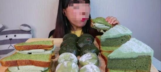 유튜버 멍방영이 young-ee가 다양한 쑥 디저트를 먹고 있다. 유튜브 화면 캡쳐.