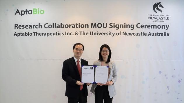 지난 28일 호주 뉴캐슬대 암연구센터와 온라인으로 업무협약(MOU)을 체결한 뒤 이수진 압타바이오 대표(사진 오른쪽)와 문성환 사장(왼쪽)이 기념사진을 촬영하고 있다. 압타바이오 제공