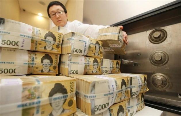 한국과 미국 간 통화 스와프 계약이 내년 3월까지로 6개월 연장됐다. 내년에도 또 한 차례 연장될 가능성이 있다. 연합뉴스