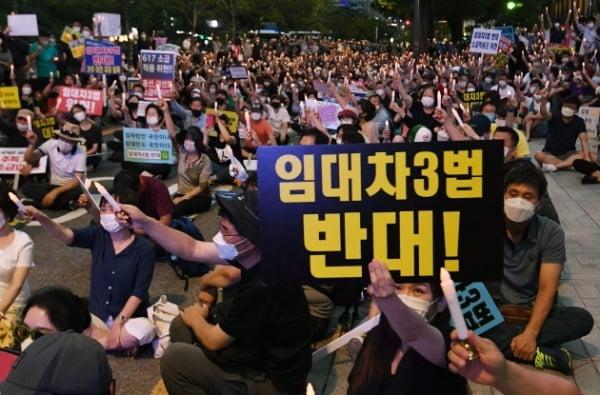 정부의 부동산 규제와 세금인상 등에 발반한 시민들이 지난 25일 서울 중구 을지로 예금보험공사 앞에서 촛불집회를 열었다. /사진=신경훈 기자 khshin@hankyung.com