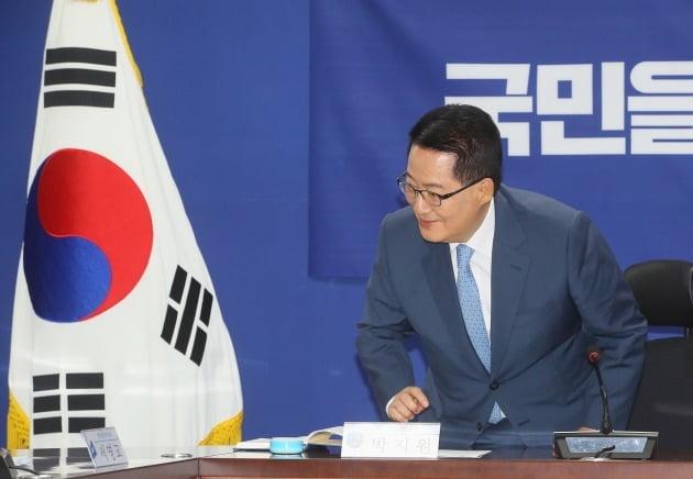 박지원 국가정보원장이 30일 국회 의원회관에서 열린 국민을 위한 권력기관 개혁 당정청 협의에서 인사하고 있다.   2020.7.30 [사진=연합뉴스]
