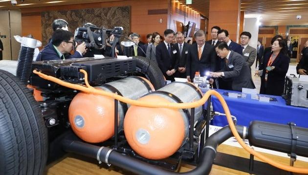 문재인 대통령이 작년 1월 현대자동차의 수소전기차 넥쏘의 연료전지시스템 모형을 보며 설명을 듣고 있다. 연합뉴스