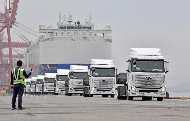 스위스로 처음 수출되는 현대차 수소전기트럭 엑시언트가 지난 6일 전남 광양항에서 자동차운반선에 실리고 있다. 현대차 제공