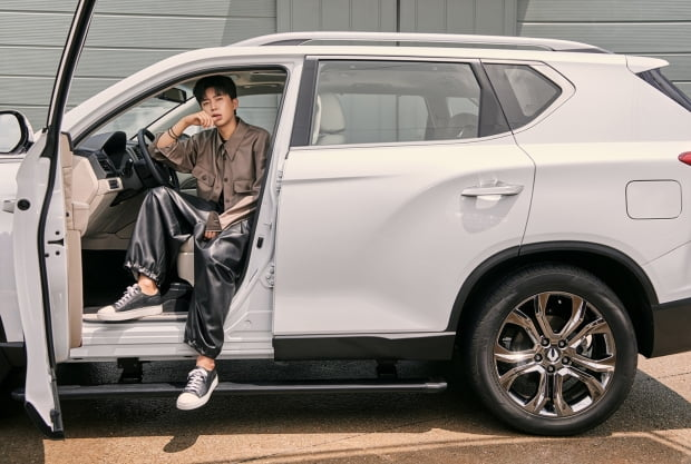 쌍용자동차는 지난달 3일부터 신차 구매계약 고객을 대상으로 가수 임영웅과 G4 렉스턴을 담은 브랜드 화보를 증정한다. 사진=연합뉴스