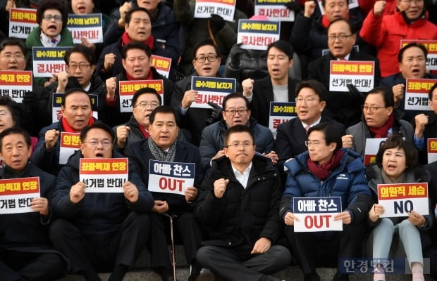 지난해 황교안 자유한국당 대표를 비롯한 의원및 지지자들이 패스트트랙 법안 날치기 상정 저지 규탄대회를 열고 구호를 외치고 있다. 사진=최혁 한경닷컴 기자 chokob@hankyung.com