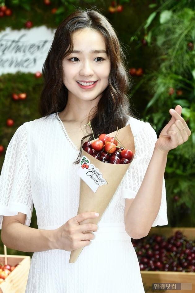 HK직캠 '체조요정' 손연재, 순백의 원피스 입고 우아한 외출…'오늘을 상큼한 체리요정'