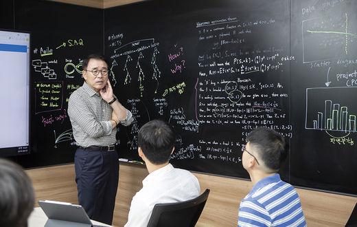 [CEO24시] 조용병, 속도 내는 '디지털 신한'…AI로 금융 리스크 예측