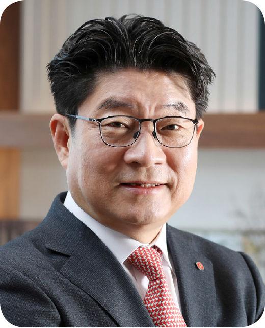 [100대 CEO] 김현식 호텔롯데 대표, 30년 베테랑 호텔리어…해외 진출 가속화
