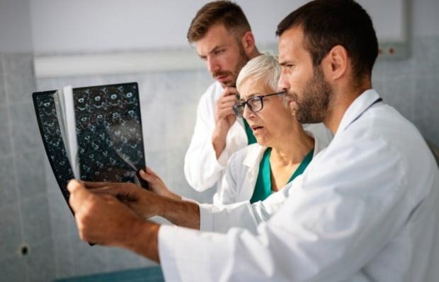 엑스레이를 쬔 신종 코로나바이러스 감염증(코로나19) 중환자의 상태가 호전됐다는 주장이 제기됐다./사진=게티이미지