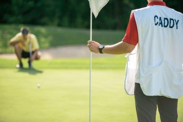내년부터 골프장 캐디도 연간 최대 700만원의 소득세를 납부할 것으로 전망된다./사진=게티이미지