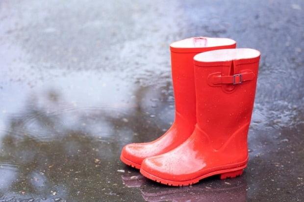 레인부츠는 발이 물에 젖는 것을 방지해 장마철에 활용도가 높지만 자칫 잘못하면 발 건강을 해칠 수도 있어 주의가 요구된다./사진=게티이미지