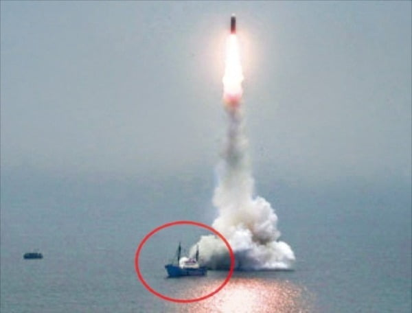 북한이 지난해 10월 2일 발사한 '북극성-3형'은 잠수함이 아니라 수중 발사대에서 발사됐을 가능성에 무게가 실린다. 미사일 발사 지점 옆에 있는 선박(빨간색 원)이 수중 발사대가 설치된 바지선을 끌고 온 견인선으로 추정된다/사진=연합뉴스