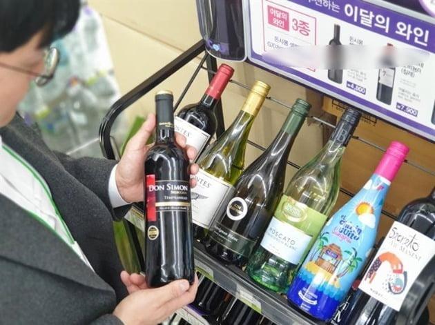 사진은 편의점에서 한 소비자가 와인을 살펴보고 있는 모습. 기사 내용과는 관계 없음. 사진=한국경제신문 DB