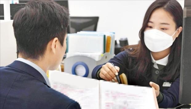 한국은행의 기준금리 인하로 주요 은행의 1년 만기 정기예금 금리가 줄줄이 연 0%대로 떨어지고 있다. '0% 금리 시대'를 맞아 금융 소비자의 고민도 깊어지고 있다. 하나은행 본점 영업부를 찾은 고객이 자산관리 상담을 하고 있다.  /사진=신경훈 기자 khshin@hankyung.com