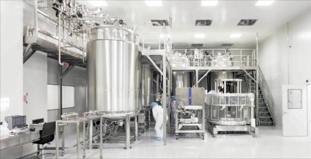 에이프로젠 직원이 충북 오송 바이오시밀러 공장에서 생산 설비를 살펴보고 있다.  에이프로젠 제공