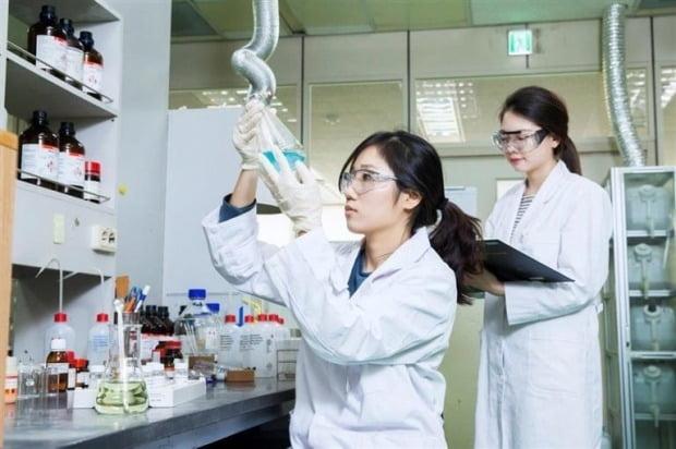 판교 테크노밸리에 있는 SK바이오팜 연구소에서 연구원이 실험을 하고 있다.  사진=SK바이오팜 제공